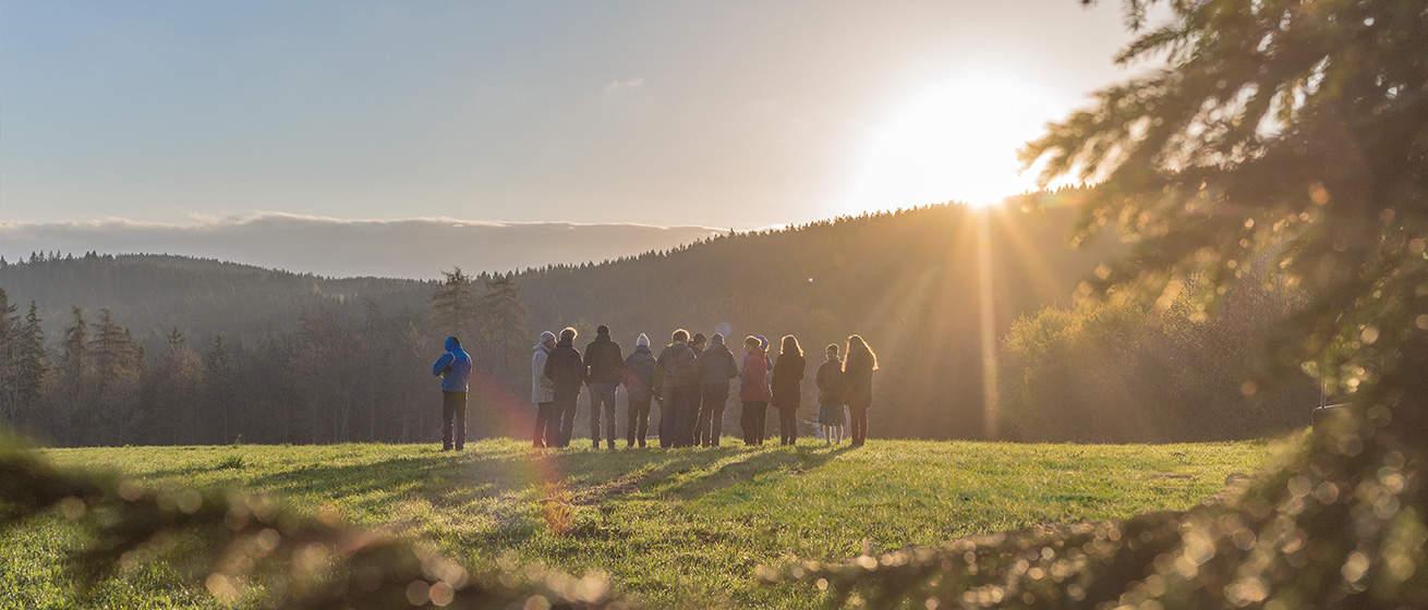 Menschen beobachten den Sonnenaufgang